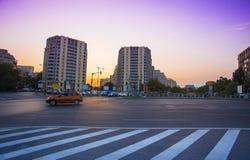 Calle de la ciudad de Bucarest en la puesta del sol imágenes de archivo libres de regalías