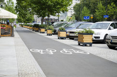 Calle de la ciudad con el carril de bicicleta Imagenes de archivo