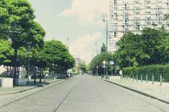 Calle de la ciudad con maneras del tranvía Imagen de archivo libre de regalías