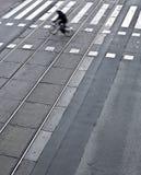 Calle de la ciudad con una travesía Foto de archivo libre de regalías