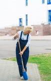 Calle de la ciudad de la limpieza del trabajador del barrendero con la herramienta de la escoba fotos de archivo libres de regalías