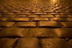 Calle de la ciudad de la noche de adoquines Foto de archivo libre de regalías