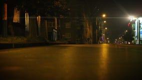 Calle de la ciudad de la noche El coche solo enciende luces de la luz larga almacen de video