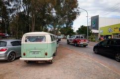 Calle de la ciudad de Swansea Australia con tráfico y tiendas Fotos de archivo