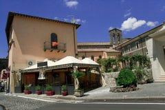 Calle de la ciudad de vacaciones italiana Bolsena imagenes de archivo