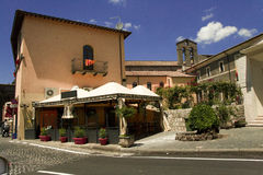 Calle de la ciudad de vacaciones italiana Bolsena fotografía de archivo