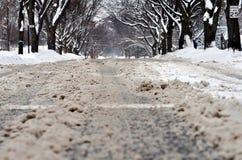 Calle de la ciudad debajo de la nieve sucia foto de archivo libre de regalías