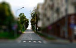 calle de la ciudad del Inclinación-cambio con el paseo cruzado Señales de tráfico y buildi Fotografía de archivo