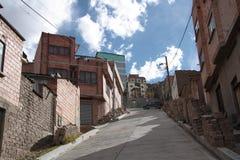 Calle de la ciudad en la cuesta de montaña, Bolivia de La Paz Fotos de archivo