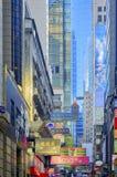 Calle de la ciudad, muestras coloridas, Hong Kong Imágenes de archivo libres de regalías