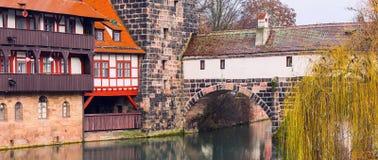Calle de la ciudad de Nuremberg, Franconia con las casas de entramado de madera en Baviera imagenes de archivo