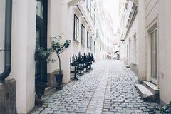 Calle de la ciudad, paredes blancas y arquitectura, árboles en macetas Foto de archivo