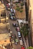 Calle de la ciudad vieja con tráfico, El Cairo Imagen de archivo