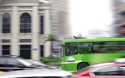 Calle de la ciudad y omnibus ocupados de la falta de definición Imágenes de archivo libres de regalías