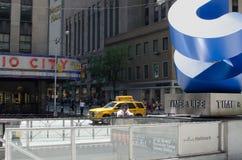 Calle de la esquina de calle de NYC 47-50.a Foto de archivo