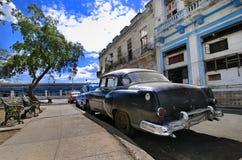 Calle de La Habana con el Oldtimer Foto de archivo libre de regalías