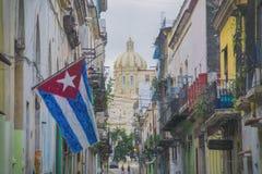 Calle de La Habana con la bandera Imagen de archivo libre de regalías
