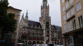 Calle de la iglesia del centro del día de Munich Foto de archivo