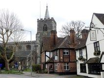 Calle de la iglesia, Rickmansworth incluyendo la iglesia de St Mary, la casa osteopática y el bar de las plumas imágenes de archivo libres de regalías