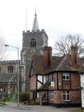 Calle de la iglesia, Rickmansworth incluyendo la iglesia de St Mary y la casa osteopática fotografía de archivo libre de regalías