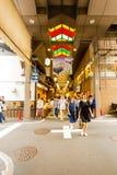 Calle de la intersección del mercado de la comida de Nishiki afuera Imagen de archivo libre de regalías