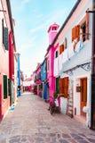 Calle de la isla de Burano, casas coloridas, Venecia Italia Europa Fotos de archivo libres de regalías