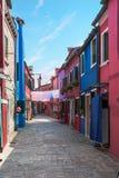 Calle de la isla de Burano, casas coloridas, Venecia Italia Europa Fotografía de archivo libre de regalías