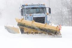 Calle de la limpieza del arado de nieve Foto de archivo libre de regalías