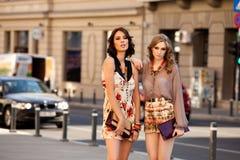 Calle de la moda de dos mujeres Imagenes de archivo