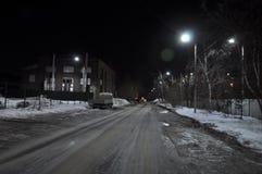 Calle de la noche de la ciudad Él primavera del ` s Hielo en el camino imagen de archivo libre de regalías