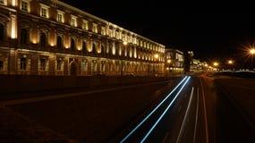 Calle de la noche de la ciudad imagenes de archivo