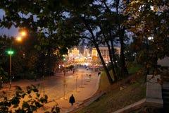 Calle de la noche con las linternas ardientes Calle de Kiev en la noche luces de la ciudad de la noche imagenes de archivo