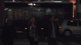 Calle de la noche en Alicante, España Gente, coches y restaurante de los alimentos de preparación rápida metrajes