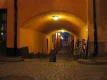 Calle de la noche en ciudad vieja. Imagen de archivo libre de regalías