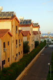 Calle de la pequeña ciudad costera por la mañana de Chipre Foto de archivo libre de regalías