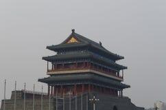 Calle de la puerta de Qianmen Zhengyangmen del zenit Sun en pared histórica de la ciudad de Pekín Foto de archivo libre de regalías