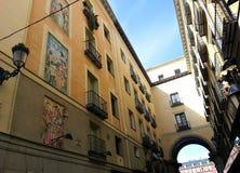 Calle de la Sal bonito perto do prefeito Madrid da plaza imagens de stock