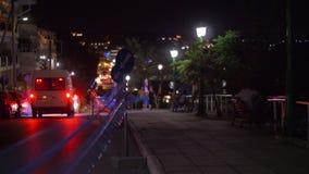 Calle de la tarde en ciudad Muestras del desvío en el camino almacen de video