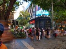 Calle de la travesía de la muchedumbre Imágenes de archivo libres de regalías