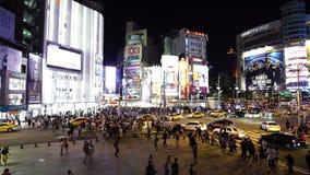 Calle de la travesía de Eople delante del distrito de las compras de Ximending en la noche en Taipei, Taiwán metrajes