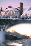 Calle de la vecindad en nieve en la puesta del sol Fotografía de archivo