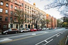 Calle de lado oeste superior de la parte alta genérica de Manhattan con los edificios en New York City Imagenes de archivo