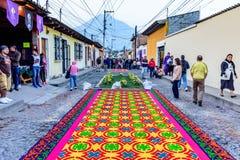 Calle de las alfombras de la procesión Lent, Antigua, Guatemala Imagen de archivo libre de regalías
