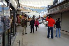 Calle de las compras de Omotesando de la visita de los turistas en Miyajima, Japón Imágenes de archivo libres de regalías