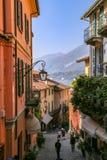 Calle de las compras en Bellagio en el lago Como, Italia Foto de archivo libre de regalías