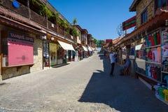 Calle de las compras en la ciudad de la playa Foto de archivo libre de regalías