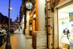 Calle de las compras en Roma Foto de archivo libre de regalías