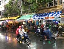 Calle de las compras por el mercado de Ben Thanh en Ho Chi Minh City Imágenes de archivo libres de regalías