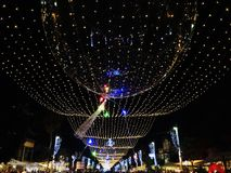 Calle de las decoraciones del día de fiesta para la Navidad en la colonia alemana en Haifa Fotografía de archivo