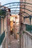 Calle de las escaleras en el pueblo de Provencal foto de archivo